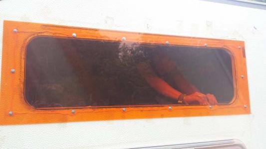 Acrylcolorplatte als Fenster und Heizungsausbau